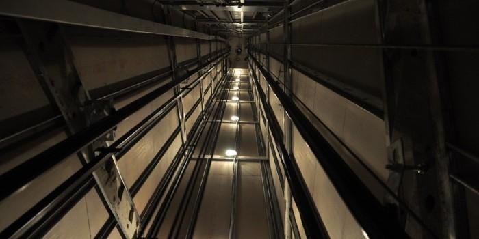 Пациент московской поликлиники сломал обе ноги из-за сорвавшейся кабины лифта