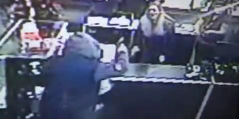Сотрудницы секс-шопа отбились от преступника с помощью фаллоимитаторов