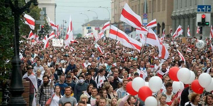 В Белоруссии будут судить женщину за бело-красно-белое платье