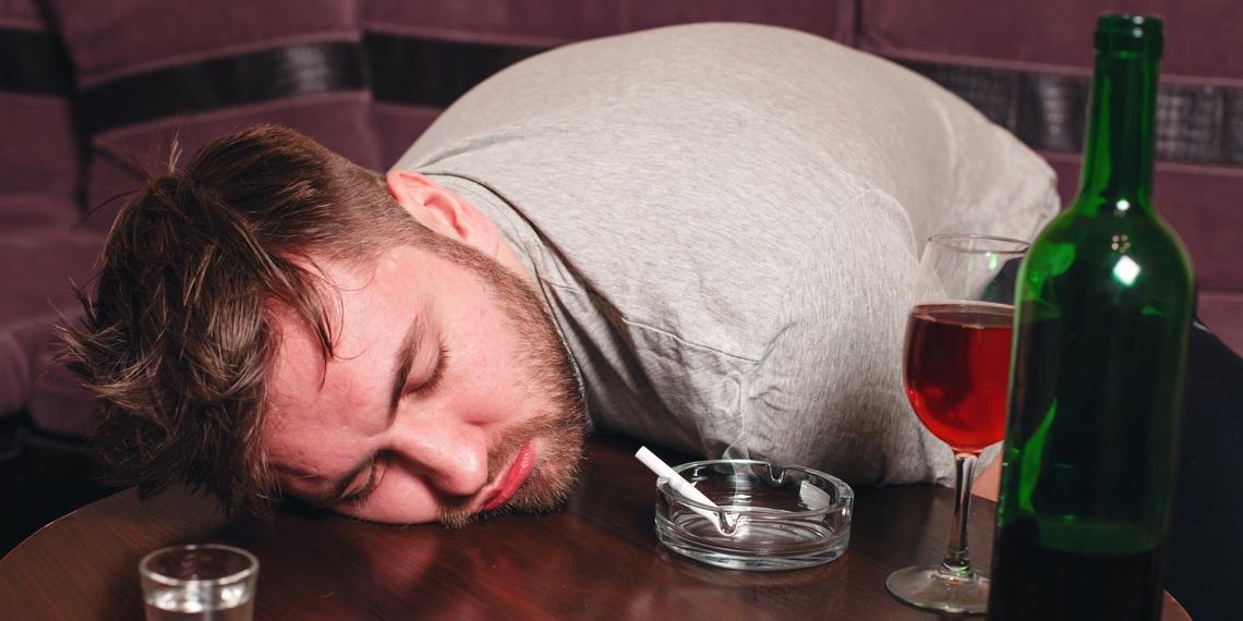 Пьяный россиянин пытался разбудить собутыльника, избив его своим пенисом