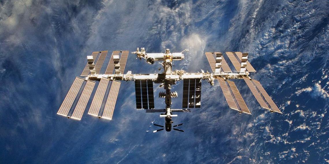 Космонавты начинают сверлить корпус российского модуля МКС