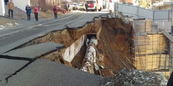 Момент обрушения дороги во Владивостоке попал на видео