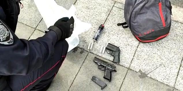 Полиция нашла у участников незаконной акции в Москве холодное и огнестрельное оружие