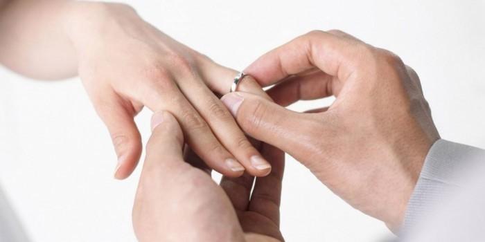 Парень сделал девушке предложение, спрятав кольцо в коробку с МакНаггетс (ВИДЕО)