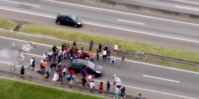 Автомобиль протаранил толпу протестующих в Сан-Паулу