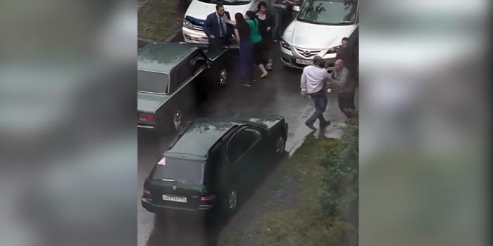 В Красноярске водители подрались за право объехать лужу