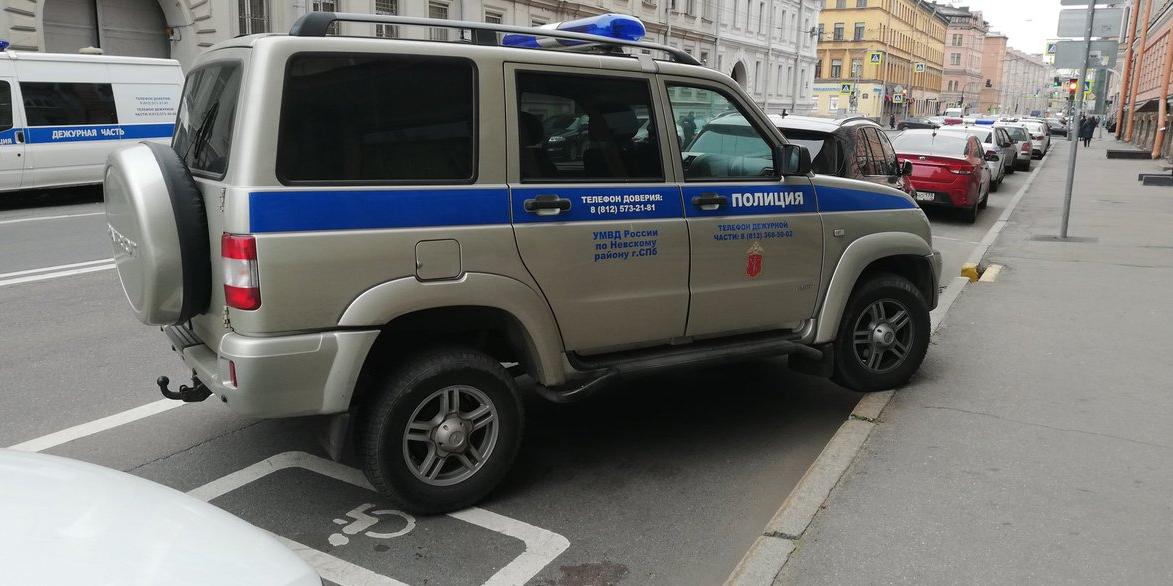 """Очевидцы засняли посчитавших себя """"инвалидами"""" питерских полицейских"""