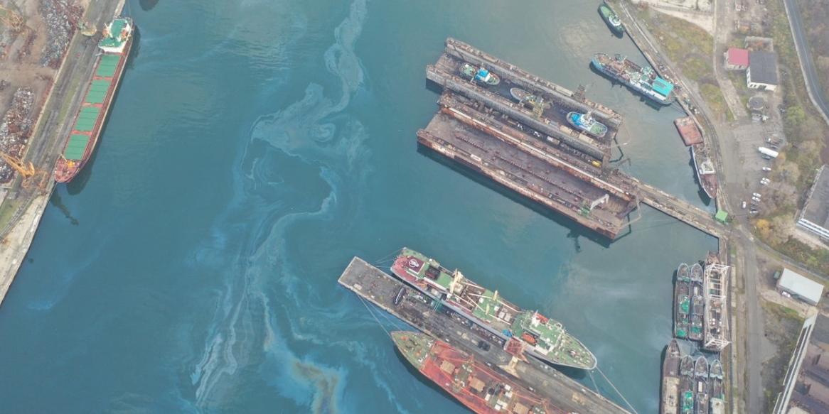 В Находке показали последствия загрязнения бухты топливом
