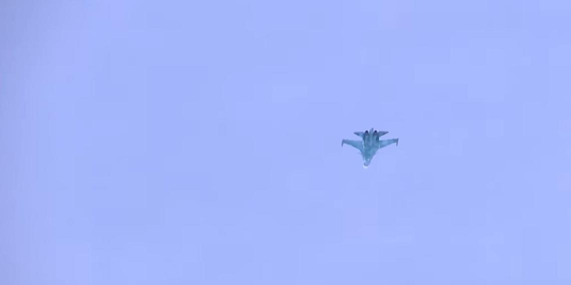 """Су-34 продемонстрировал """"бочки"""" и """"кубышки"""" в паре сотен метров над землей"""