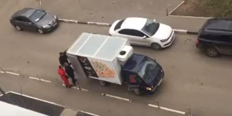 """Краснодарские грузчики перегородили дорогу и 15 минут не пускали """"скорую"""""""