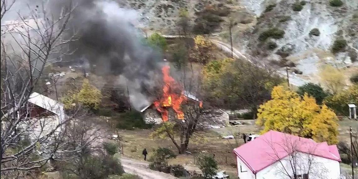 Жители переходящей Азербайджану части Карабаха начали сжигать свои дома