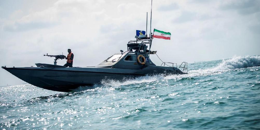 Американский корабль открыл предупредительный огонь по иранским судам