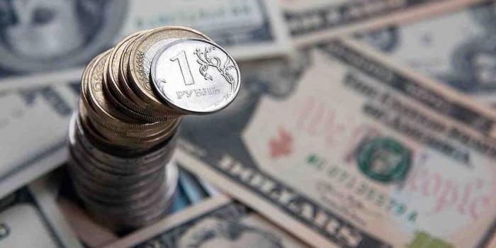 Райффайзенбанк предсказал рублю падение в третьем квартале года