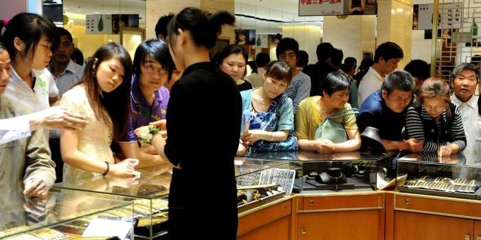 В Китае сотрудниц ювелирного магазина заставляют работать топлес