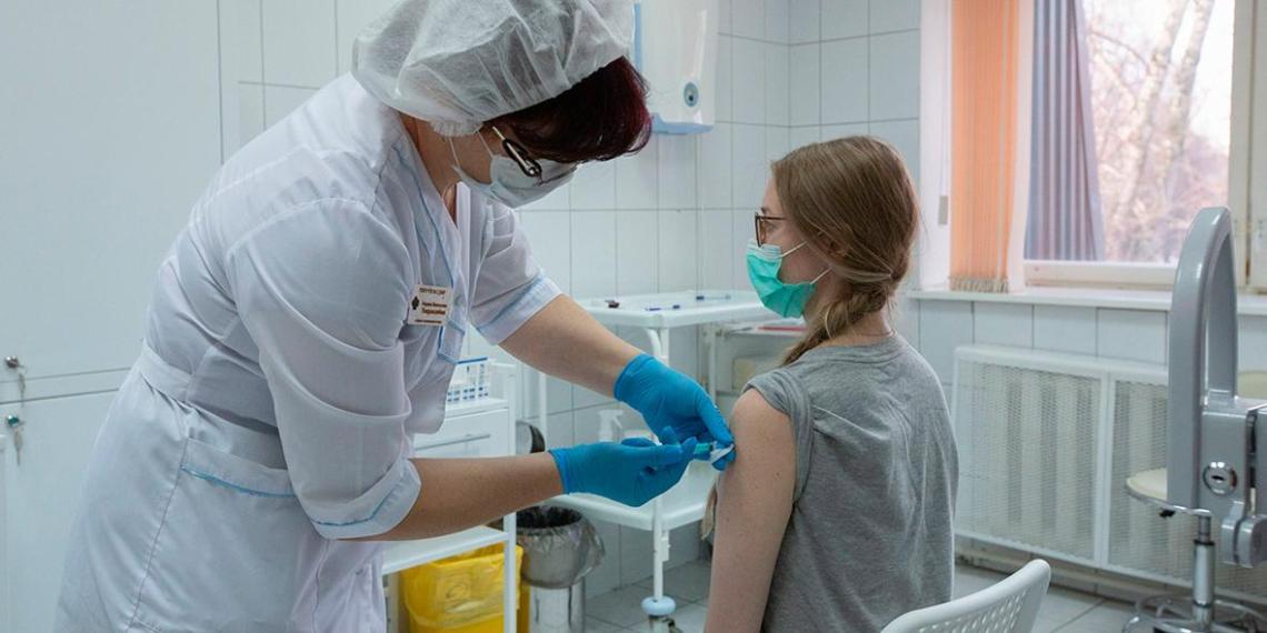 Прививку от коронавируса в Москве сделали около 400 тысяч человек