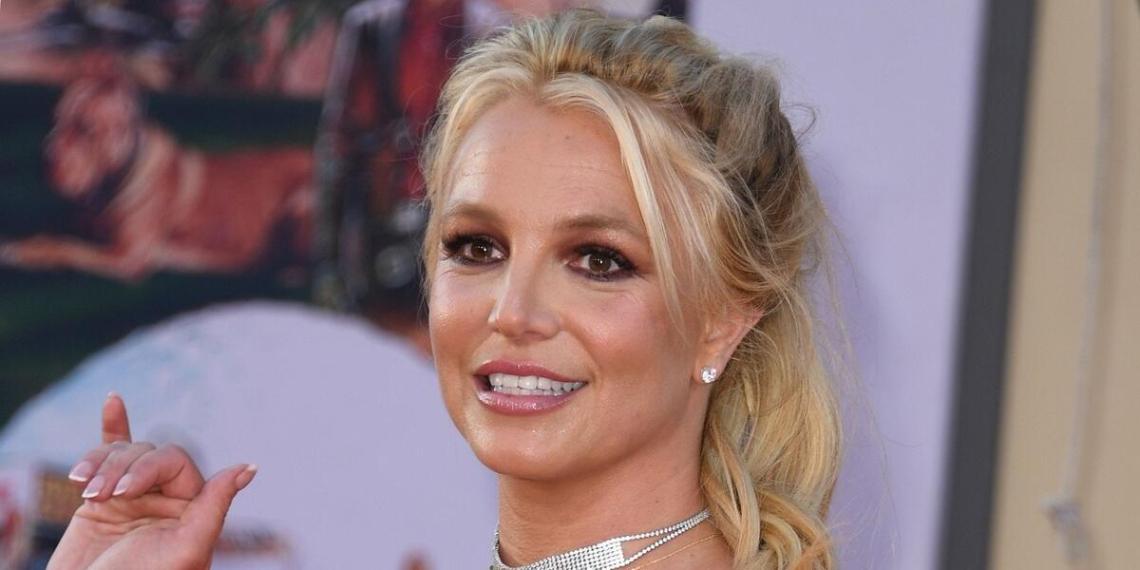 """""""Она говорит #FreeBritney"""": Бритни Спирс снялась без лифчика, показав голую грудь"""