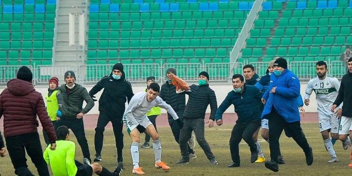 В Узбекистане футбольный матч закончился массовой дракой игроков и судьи с элементами кунг-фу