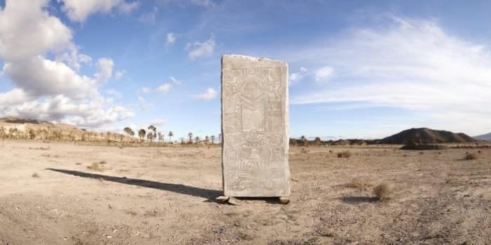 В Испании закопали 24-тонную каменную стелу с мемами для потомков