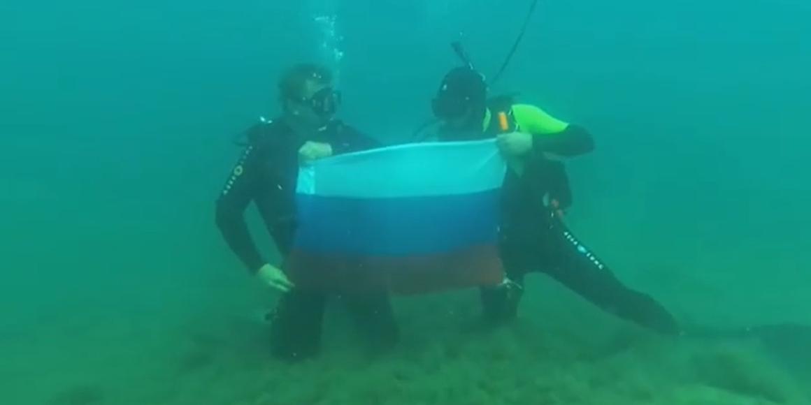 Российский триколор развернули на дне Черного моря