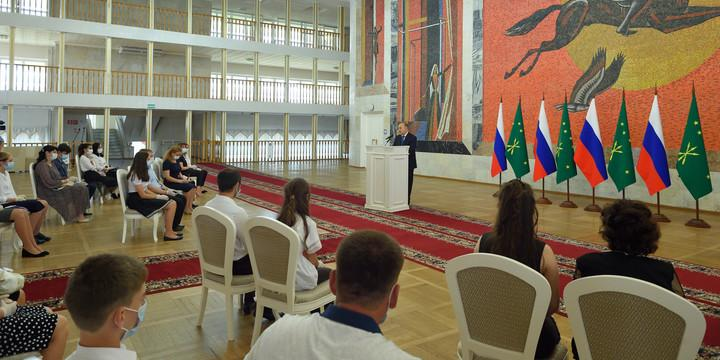 Школьникам торжественно вручили паспорта в честь Дня России