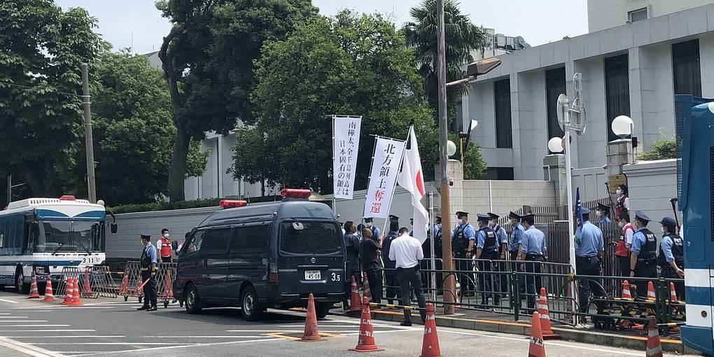 Японские националисты устроили митинг у посольства России