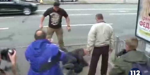 В Киеве избили гражданина РФ, пришедшего проголосовать в посольство