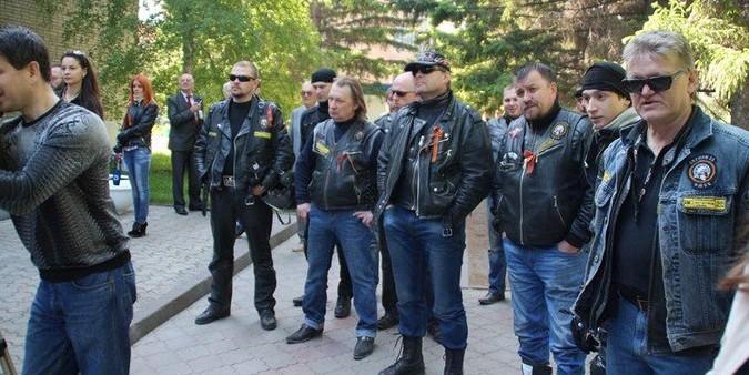 """В Омске главу представительства ЕС встретили """"коридором позора"""""""