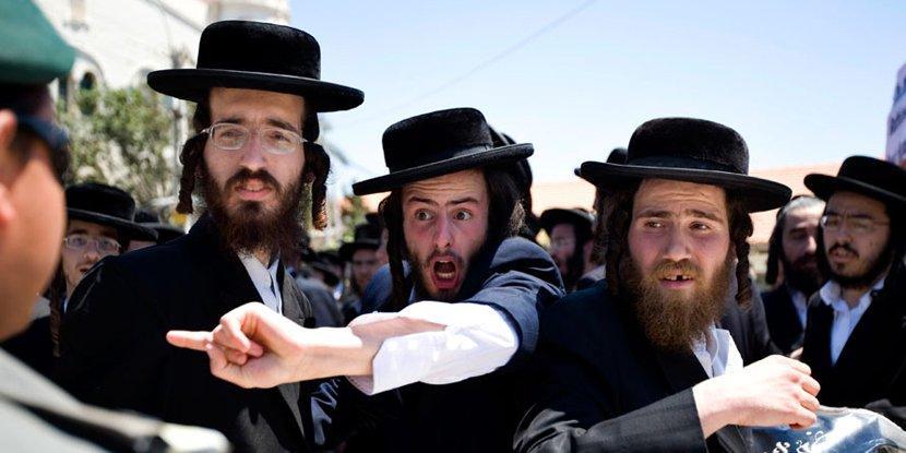 Израильтянин спустил в унитаз свой пенис. Водопроводчики отказались искать член мужчины
