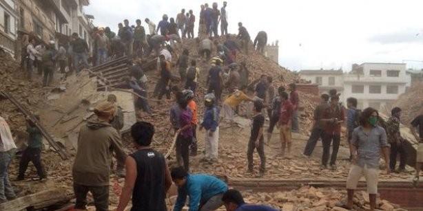 В Непале около 450 человек погибли в результате сильного землетрясения