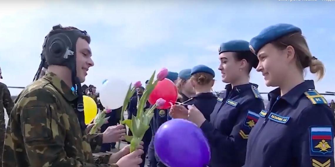 Флешмобы и курсантские марши: Минобороны поздравляет женщин России с Международным женским днем