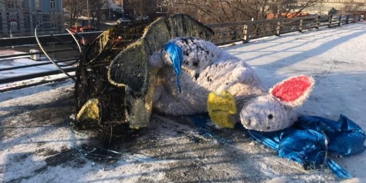 Во Владивостоке вандалы сожгли символ года за 677 тысяч рублей