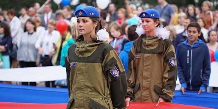 Мотопробег, митинг и прыжок с высотки: как в России отметили День флага