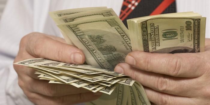 Хедж-фонды поставили на падение доллара впервые за два года
