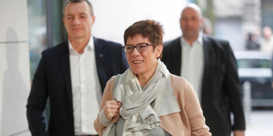 Преемница Меркель пошутила о туалетах для неопределенного пола и навлекла на себя критику