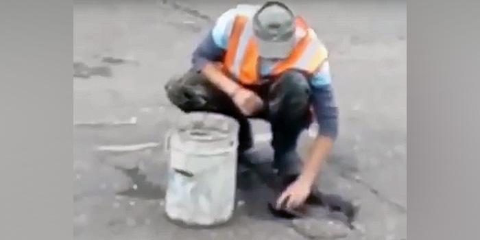 В Амурской области дорожники собирали воду из луж тряпками, чтобы уложить асфальт