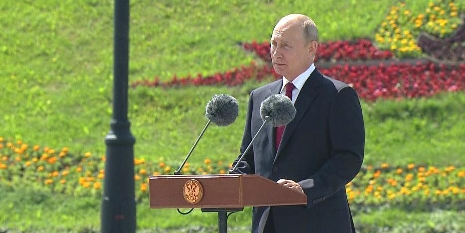 Путин принял участие в церемонии поднятия флага России на Поклонной горе