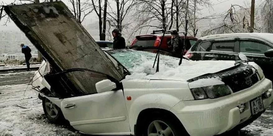 Момент обрушения бетонной плиты на машину во Владивостоке попал на видео