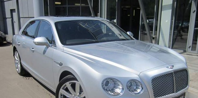 У безработной пенсионерки в Петербурге угнали Bentley