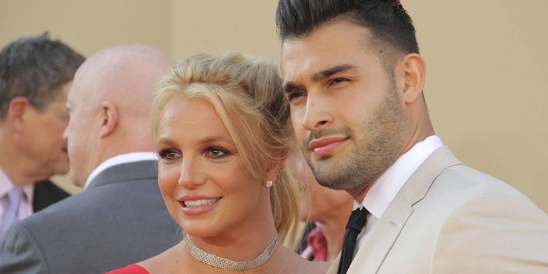 СМИ сообщили о скорой свадьбе Бритни Спирс. Ее бойфренда заметили выбирающим кольцо