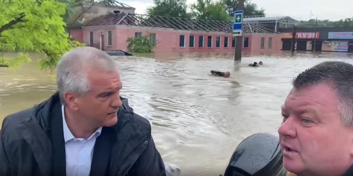 В МЧС Крыма объяснили заплыв людей за лодкой Аксенова
