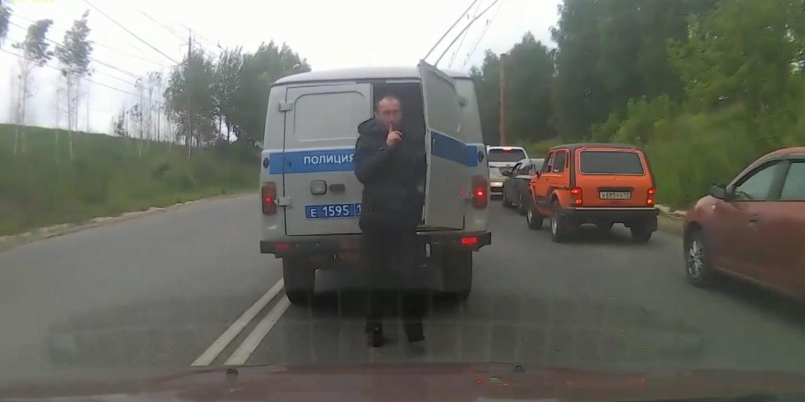 """В Саранске сняли неудачный побег задержанного из полицейской """"буханки"""" во время движения"""