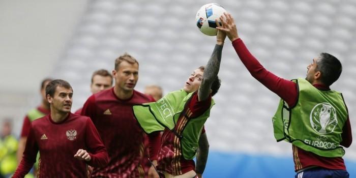 УЕФА запретил российской сборной играть в траурных повязках