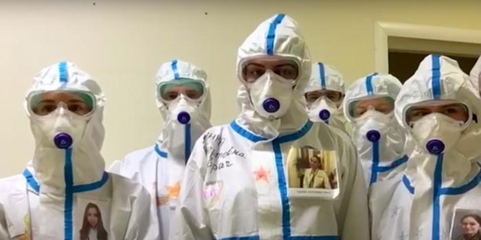 Медики России записали коллективное поздравление ветеранам