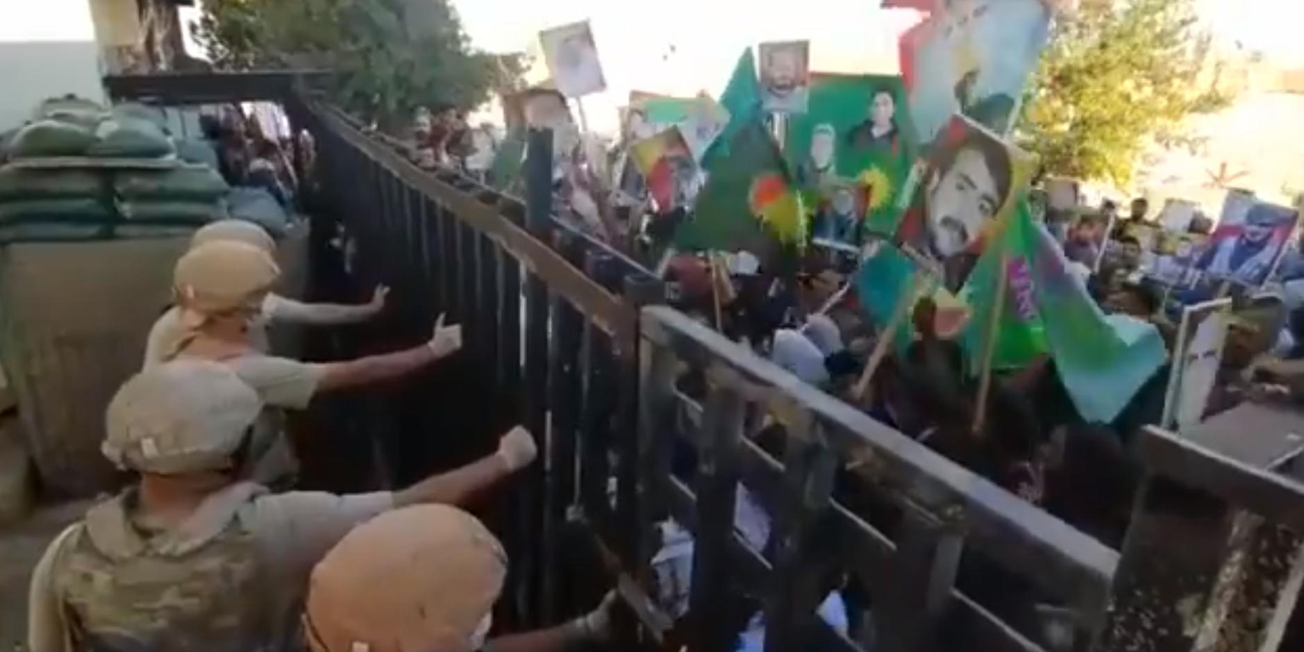 Сирийские курды устроили митинг у российской базы, требуя от Москвы разобраться с Турцией