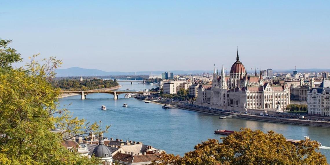 Венгрия закрывает школы и вводит комендантский час