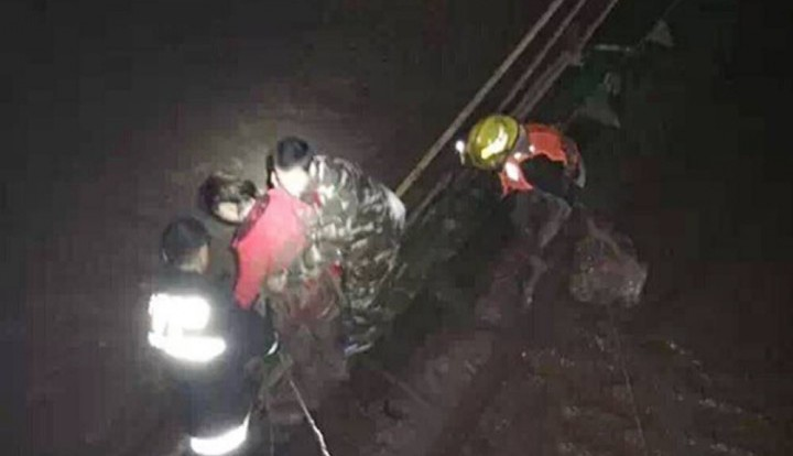 Бывшая и нынешняя девушки китайца бросились в реку, чтобы проверить, кого он спасёт