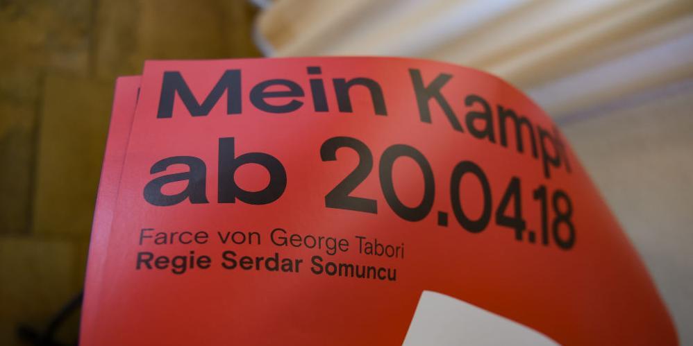 В Германии театр доказал готовность немцев надеть свастику ради денег