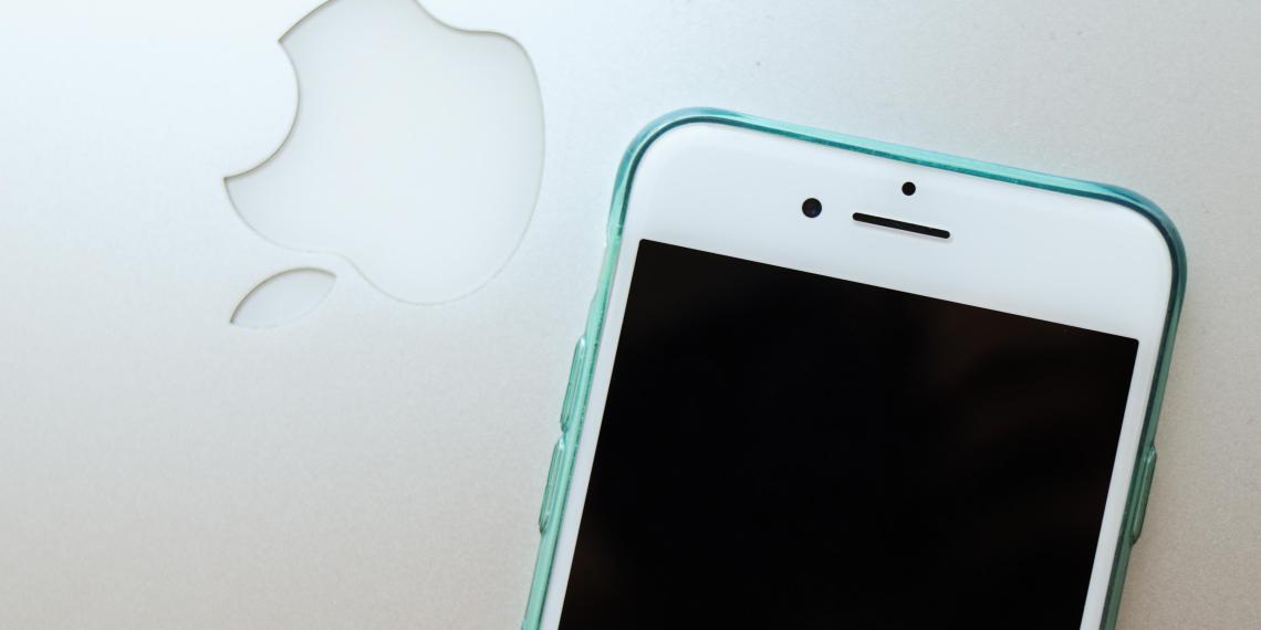 Мантуров оценил вероятность ухода Apple из России