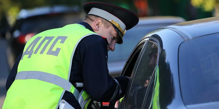 Полицейские 8 раз пытались привлечь за пьяную езду москвичку, забиравшую из машины вещи