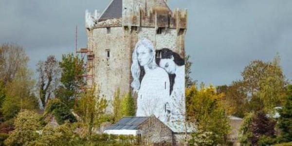 В Ирландии древний замок покрыли гигантской фреской с лесбиянками